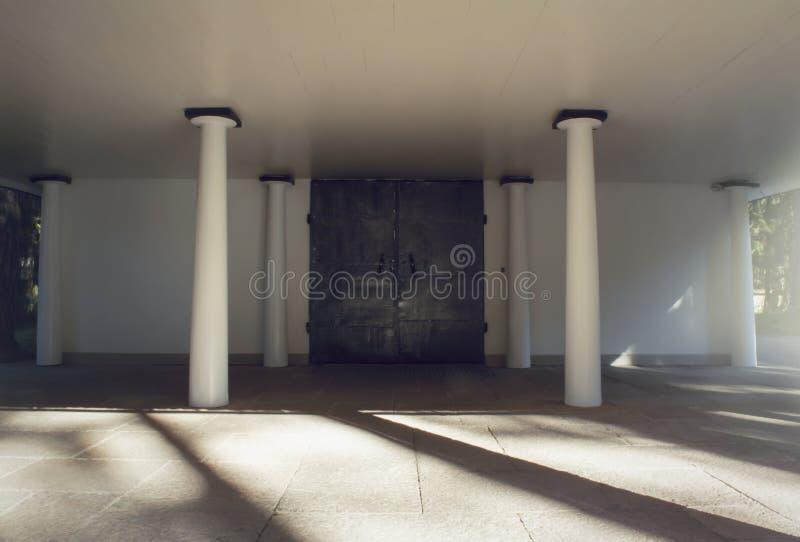 Утюг бросил двери и штендеры перед крематорием и часовней кладбища стоковые фото