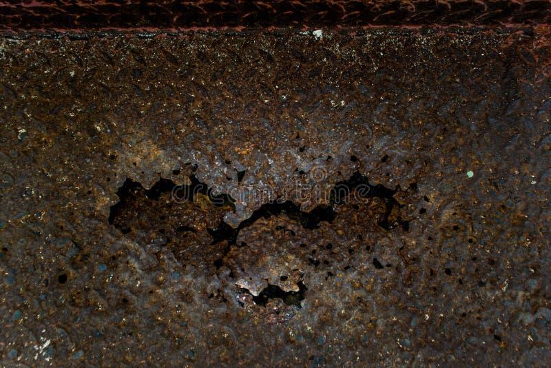Утюг заржавел вверх, стальной ржавый спад, заржаветая сталь сформированное сердце стоковое фото rf