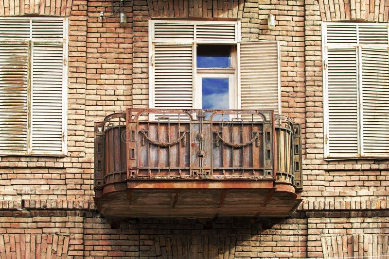 Утюг сделал старый балкон на улицах Тбилиси, Грузии стоковые изображения rf