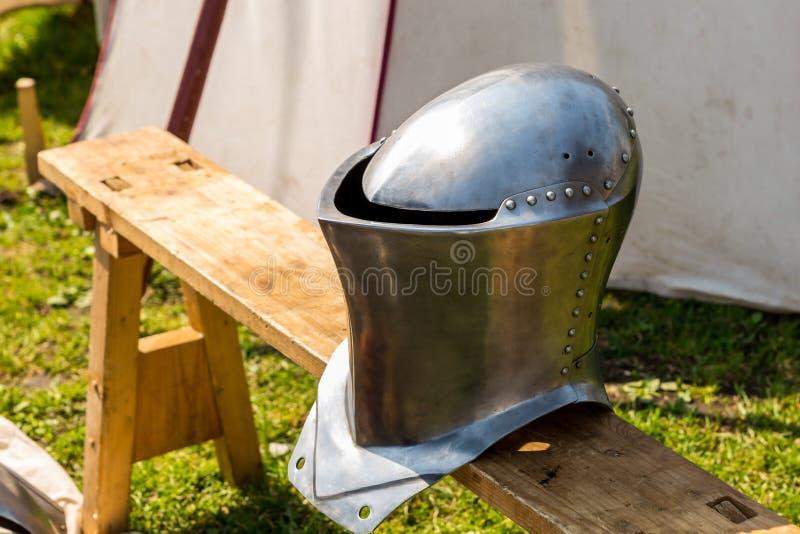 Утюг шлема светя средневековой армии обороны воина выковал заклепки на предпосылке маршируя шатра стоковое изображение