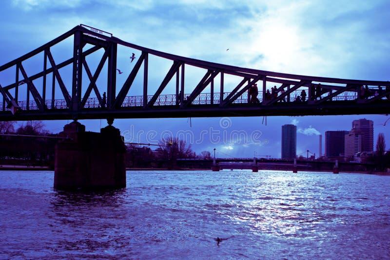 утюг s frankfurt footbridge стоковая фотография