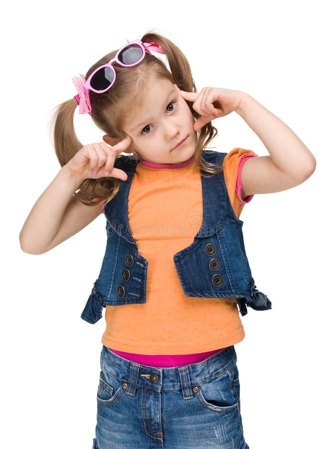 Ухищренная маленькая девочка думает стоковые фото