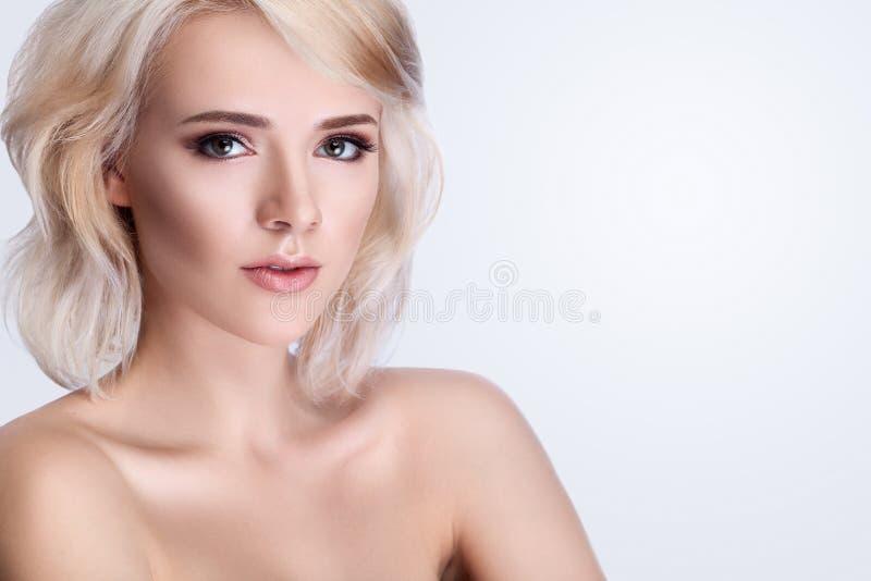 Уход за лицом красоты женщины Крупный план привлекательного молодого женского касания стоковое изображение rf