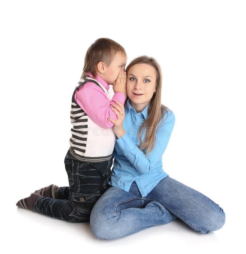 ухо ребенка ее мать s говорит стоковые изображения rf