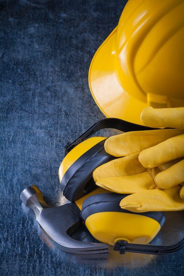 Ухо трудной шляпы muffs кожаные защитные перчатки и молоток с раздвоенным хвостом дальше стоковая фотография rf