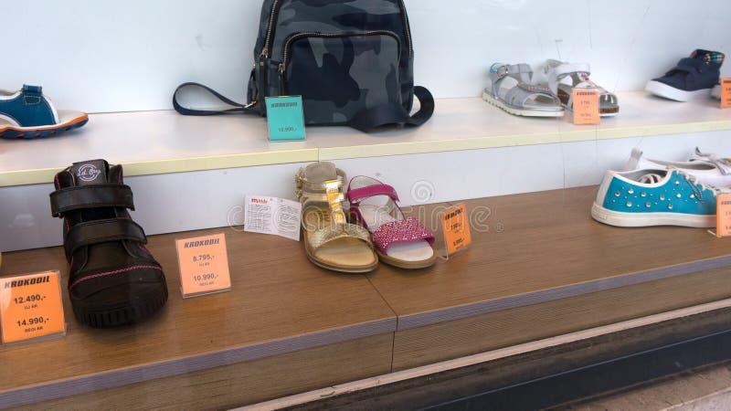 Уцененные ботинки в окне магазина в Будапеште Венгрии стоковые фото