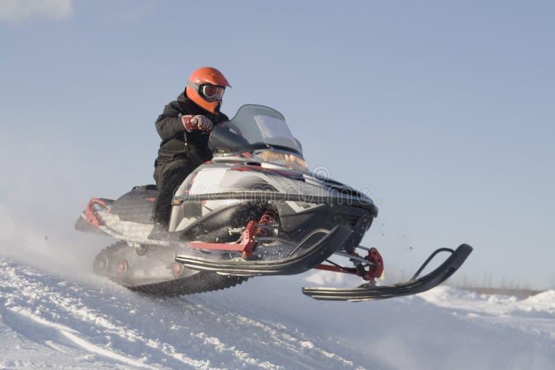 участвовать в гонке snowmobile