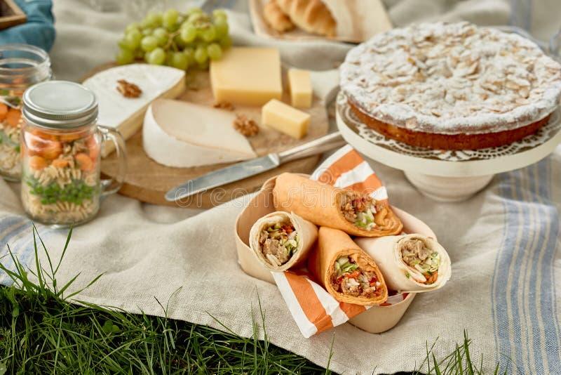 Участвовать с kebabs, тортом, сыром и соленьями стоковые изображения