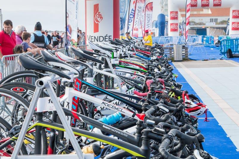 Участвующ в гонке велосипед совсем готовый для того чтобы выйти стоковая фотография