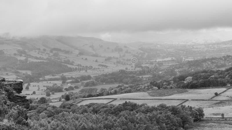 Участки земли Дербишира на пасмурном туманном утре стоковое изображение rf