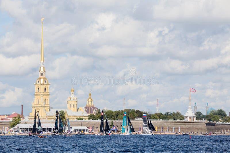 Участники весьма плавая катамаранов поступка 5 серии участвуют в гонке в Санкт-Петербурге, России стоковая фотография rf