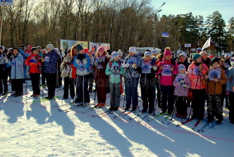 Участники в гонке профессионального союза для беговых лыж «следа лыжи Russia-2019» в начале стоковое изображение rf