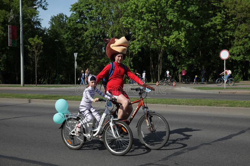 Участники в ежегодной езде масленицы велосипедистов вдоль бульвара Pobediteley стоковое изображение