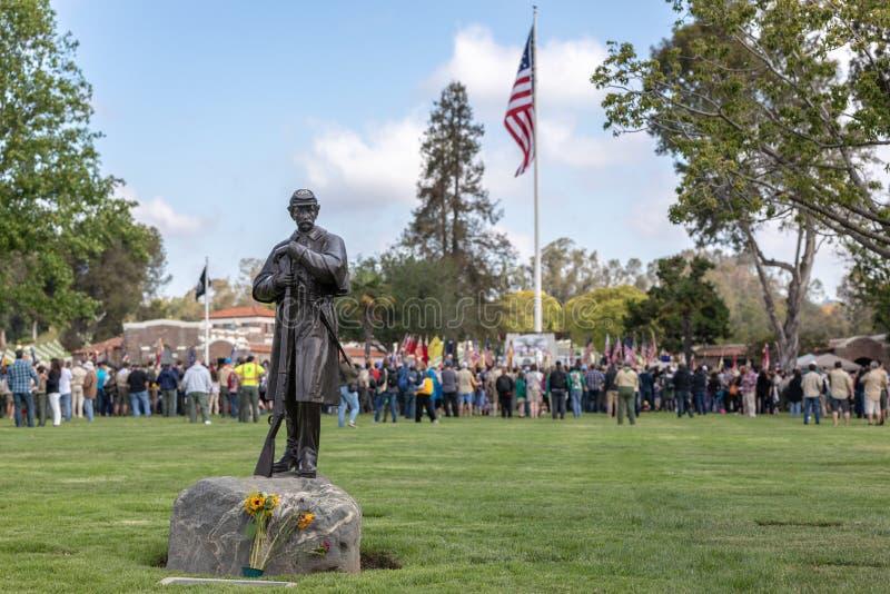 Участники Дня памяти погибших в войнах на кладбище Лос-Анджелеса национальном стоковая фотография