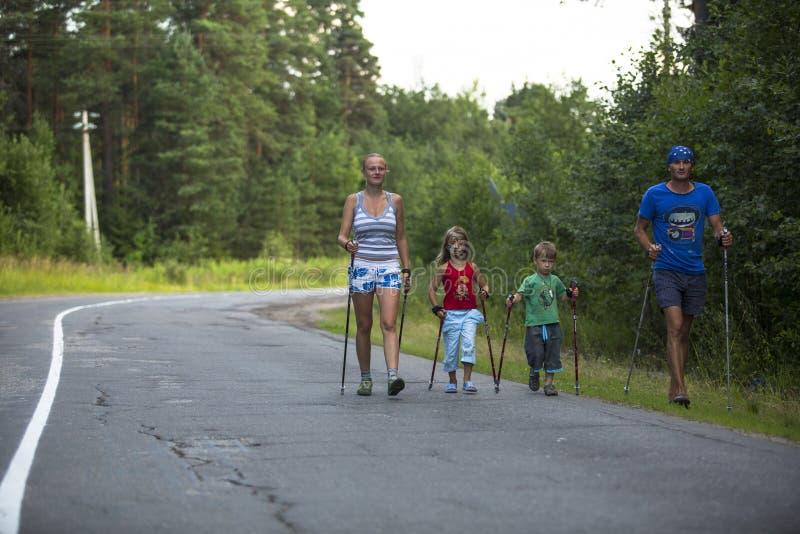Участники (дети: Nikolay Dubinin /4, Darja Zhochkina /6) во время местных конкуренций посвященных к дню здоровья стоковые изображения rf