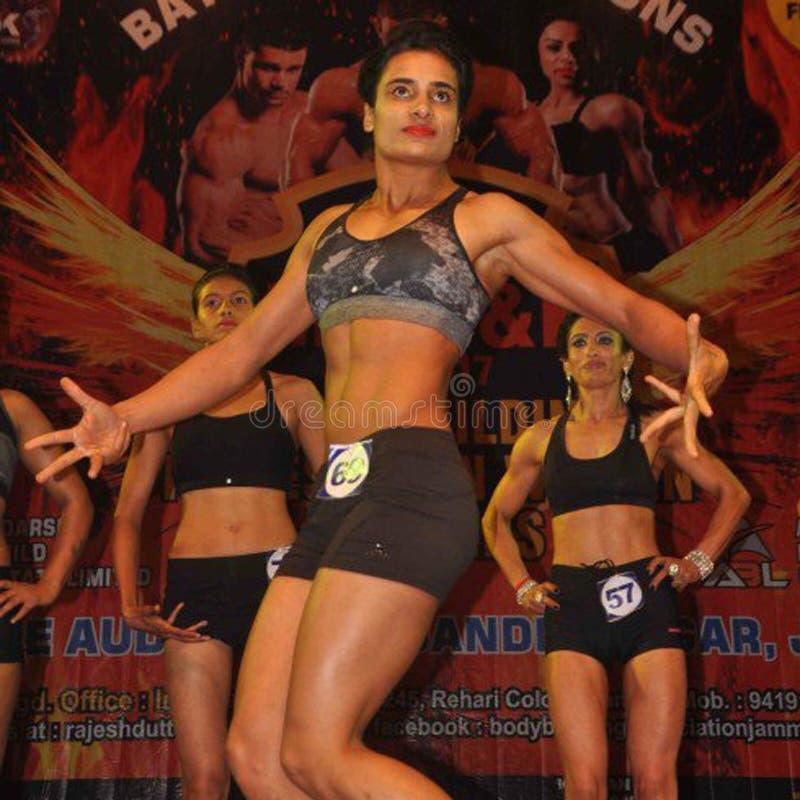 Участники женщин представляют во время первого раза в чемпионате фитнеса женщин jammu & конкуренции здания тела стоковое фото rf