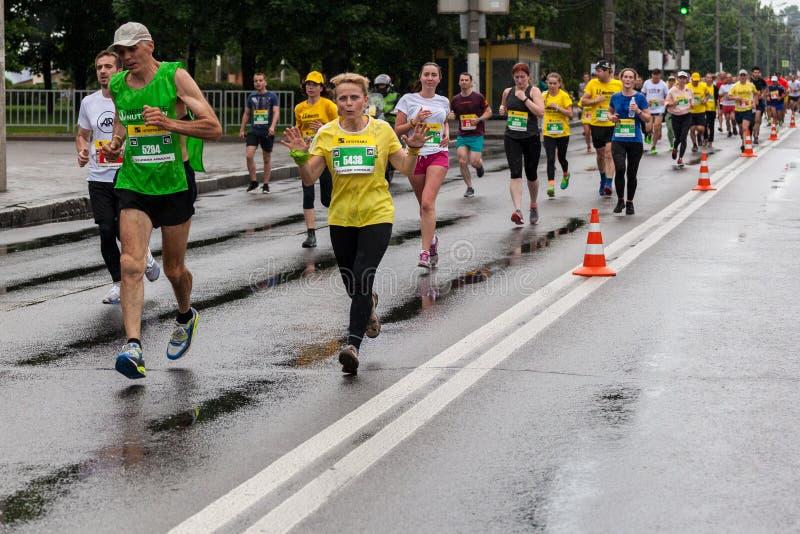 Участники марафона стоковые фото