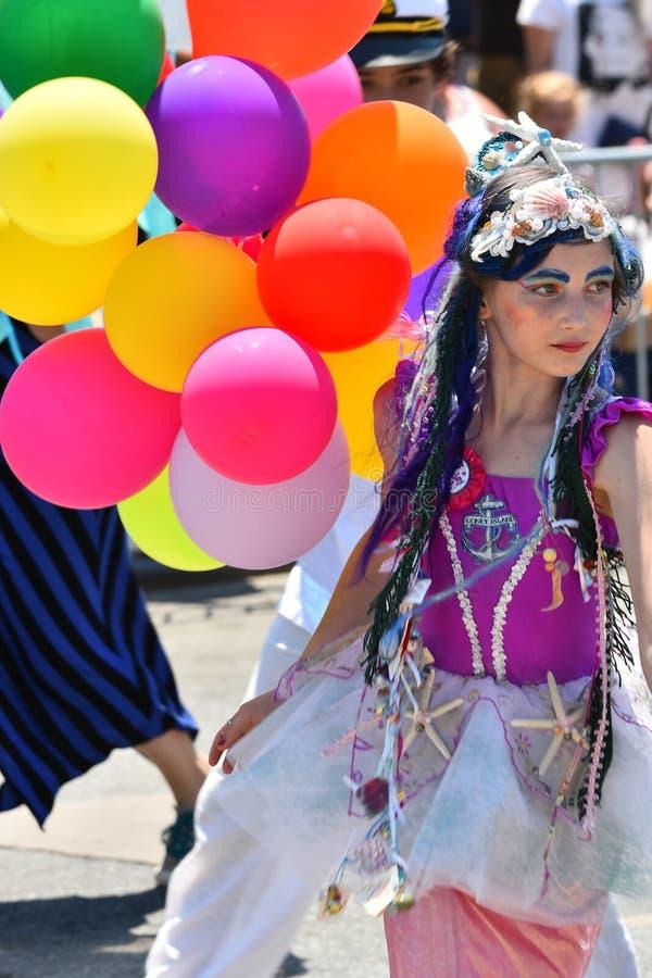Участники маршируют в 34th ежегодный парад русалки на острове кролика стоковые изображения