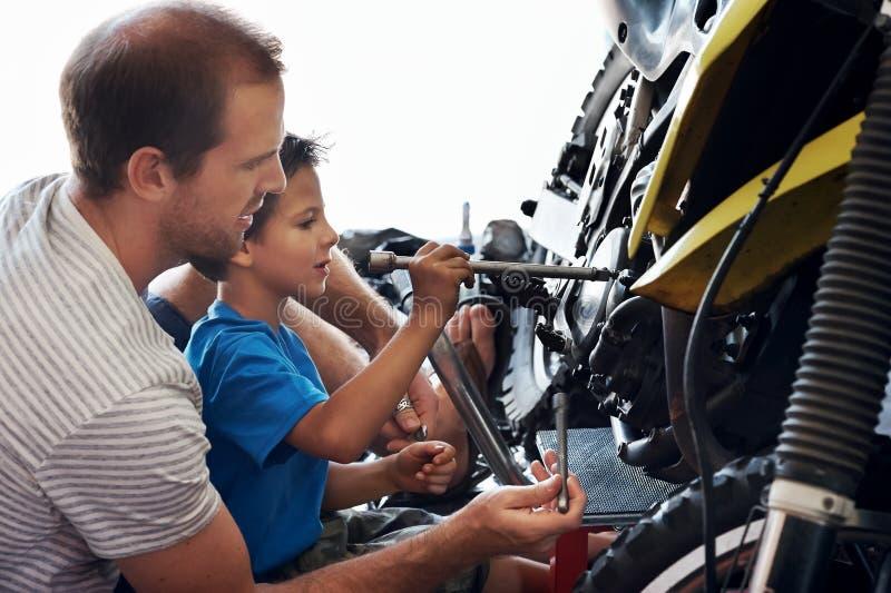 Учащ его сыну новому мужескому искусству стоковое изображение