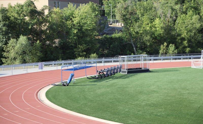 Учебно-тренировочный комплекс и след спорт стоковые изображения rf