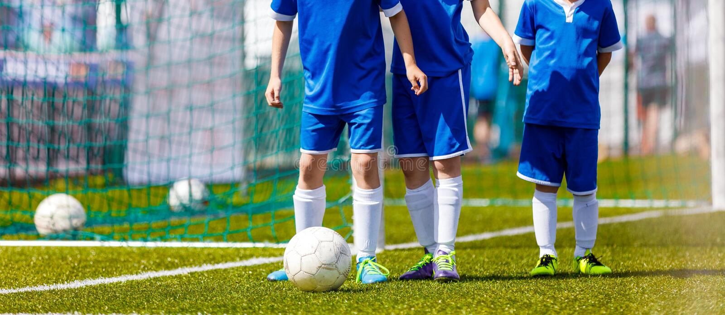 Учебные деятельности футбола молодости Тренировать футбол молодости стоковое изображение rf