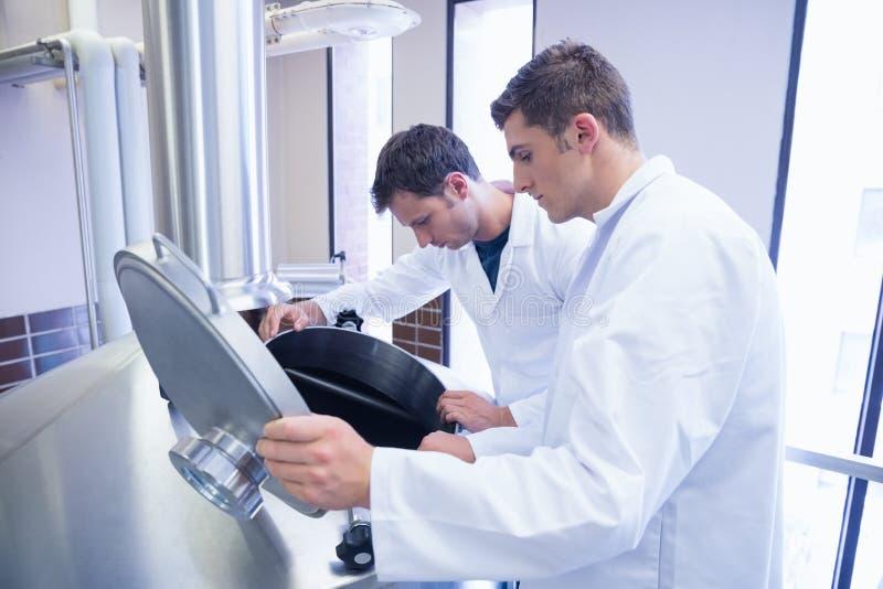 2 ученого смотря в контейнер стоковое изображение rf