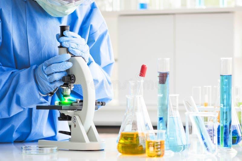 Ученые исследование, анализируют химические формулы, биологические результаты теста стоковые изображения