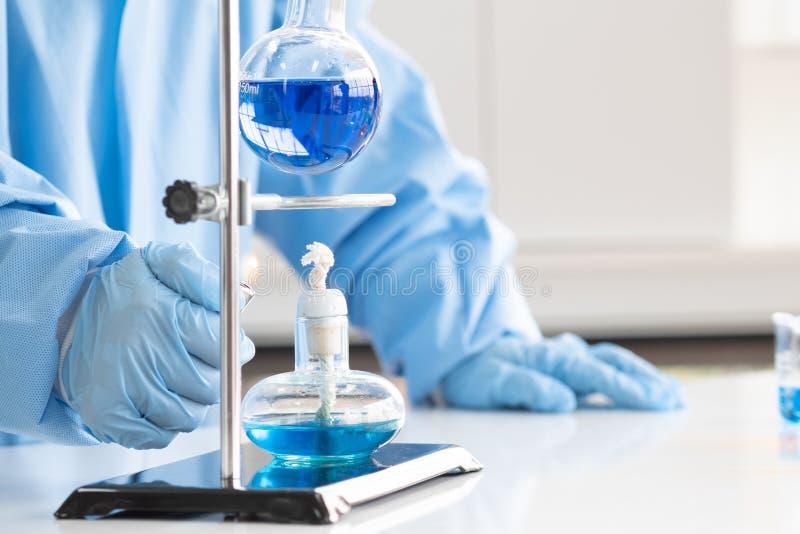 Ученые исследование, анализируют химические формулы стоковые изображения rf