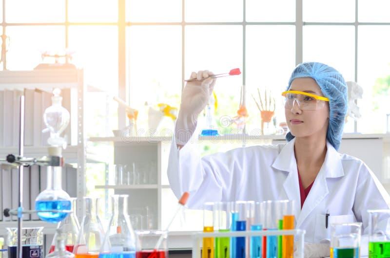 Ученый женщины смотря испытывая образец в лаборатории стоковые фото