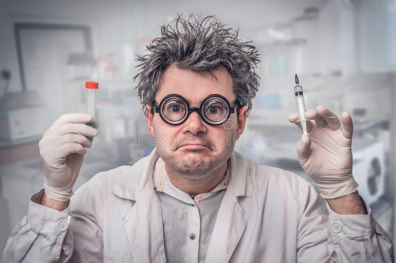 Ученый с серыми волосами выполняя эксперименты в лаборатории стоковое изображение rf