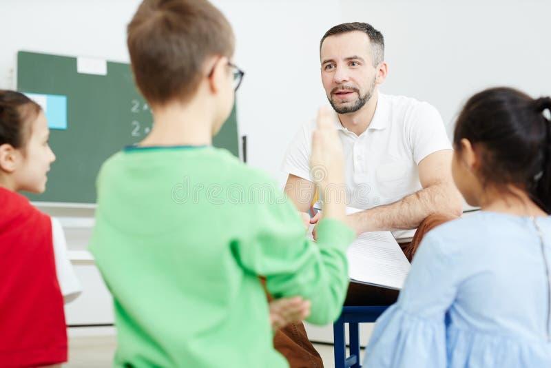 Учитель взаимодействуя с зрачками стоковая фотография