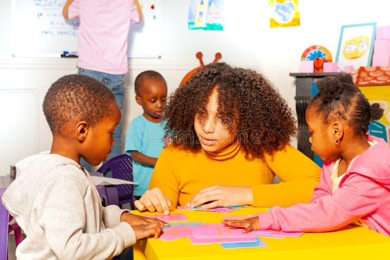 Учитель и дети cursive алфавит, детский сад стоковая фотография rf