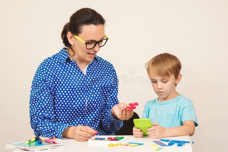 Учитель и мальчик играют и учатся в классе. Образование, люди, маÑ'ÐµÑ€Ð¸Ð½ÑÑ стоковые фото