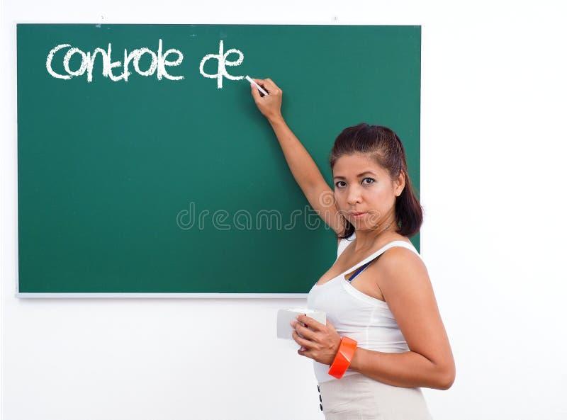 Учитель пишет французское слово на зеленой доске стоковые изображения rf