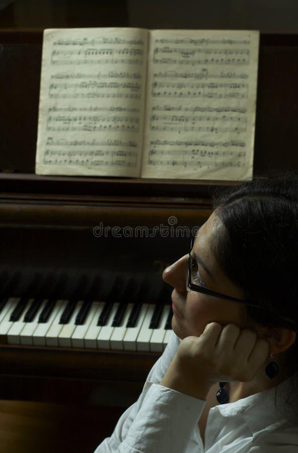 учитель рояля заботливый стоковая фотография