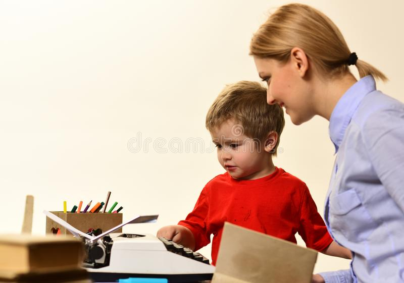 Учитель сидит на таблице в классе, планировании тренировки конференции уча концепцию дела тренируя стоковое изображение