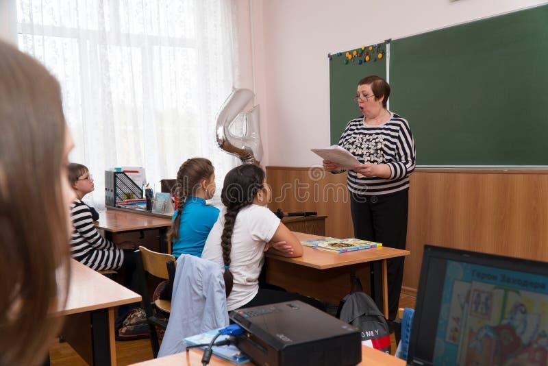 Учитель стоит на классн классном стоковое фото rf