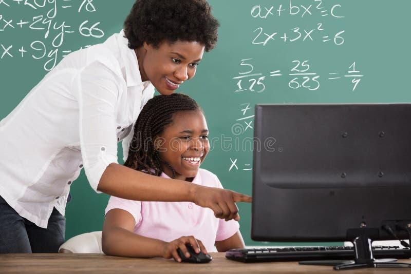 Учитель уча ее студенту в классе