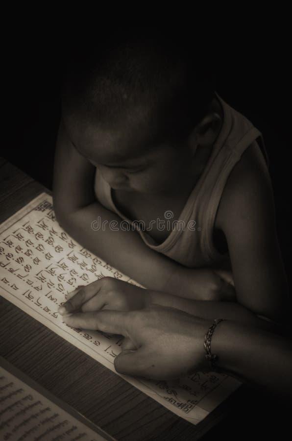 Учитель учит алфавиту Тибета к милому маленькому монаху стоковые изображения