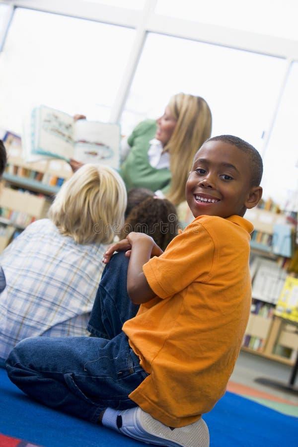 учитель чтения детсада детей к стоковые фотографии rf