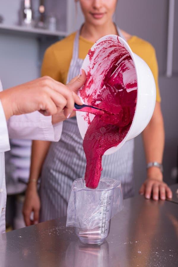 Учитель школы кулинарии уча делающ macaroons стоковые изображения rf