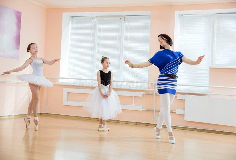Учитель балета и молодые студенты стоковая фотография rf