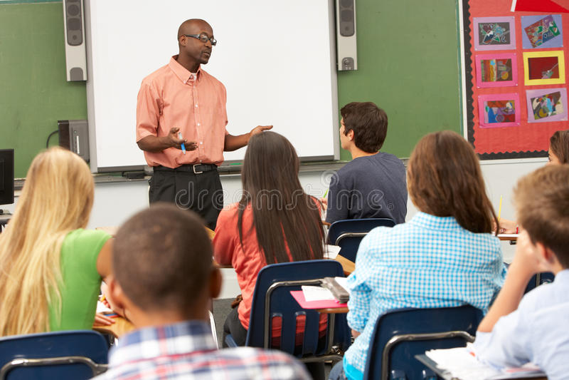 Учитель используя взаимодействующее Whiteboard во время урока стоковая фотография rf