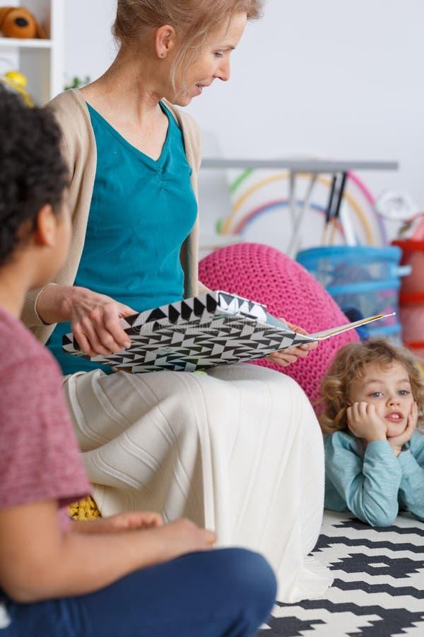 Учитель и дети стоковая фотография