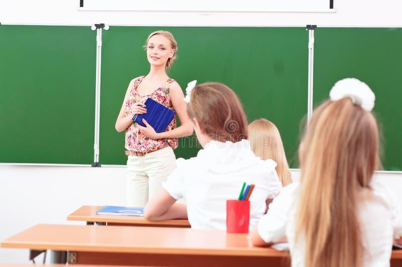 Учитель и зрачки в классе стоковая фотография rf