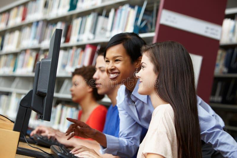 учитель и зрачки работая на компьютерах стоковая фотография rf