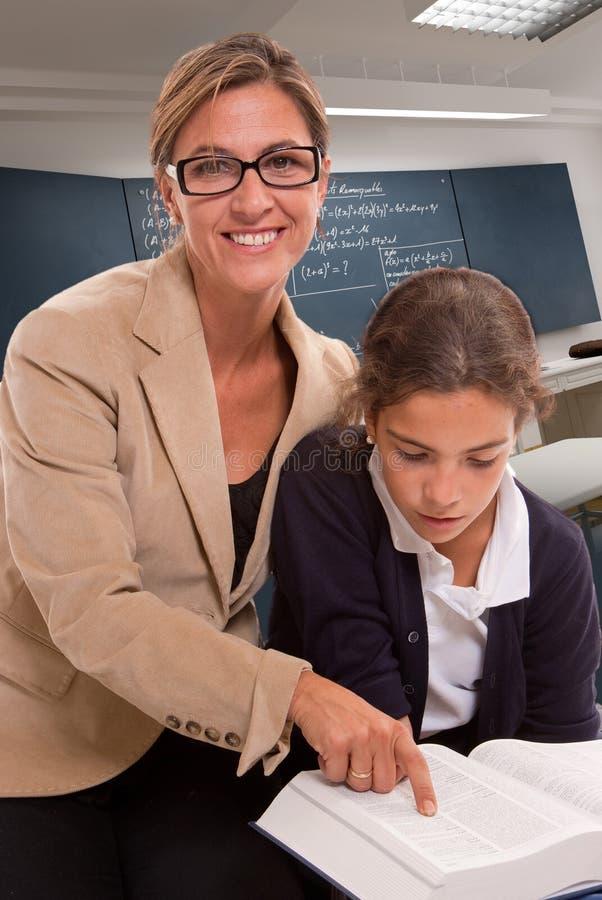 Учитель и зрачок в классе стоковые изображения rf