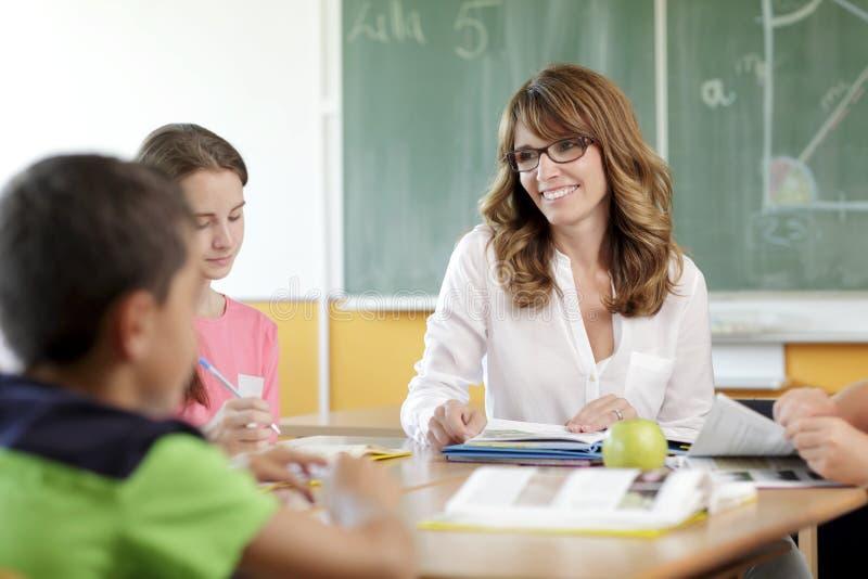 Учитель и студент в уроке стоковое фото