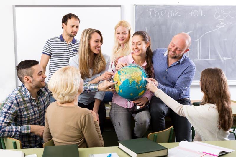Учитель и счастливые взрослые студенты стоковое фото