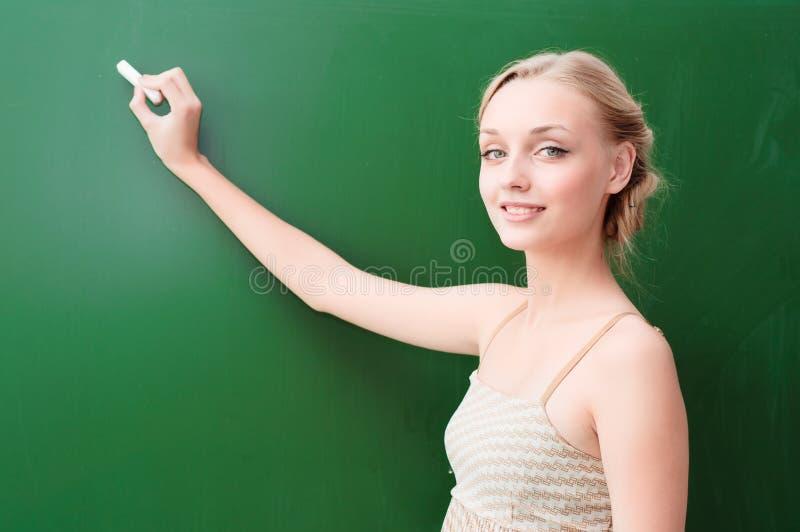 Учитель пишет на классн классном с мелком стоковые фотографии rf